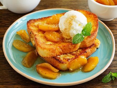 Пържени филийки (френски тост) със сладко от кайсии и крем от заквасена сметана и крема сирене - снимка на рецептата